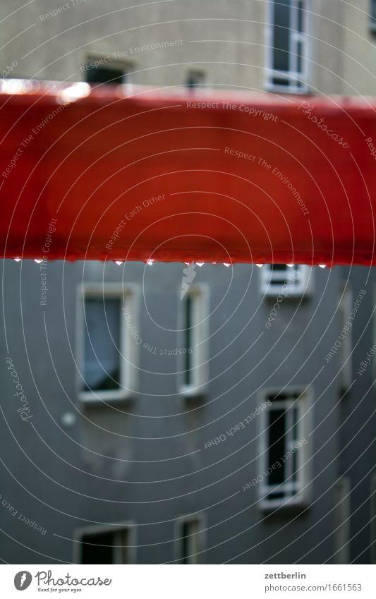 Baugerüst mit Regentropfen Etage Fenster Fensterfront Glas Haus Rückansicht Hinterhof Innenhof Mehrfamilienhaus Stadthaus Regenwasser Wassertropfen Textfreiraum