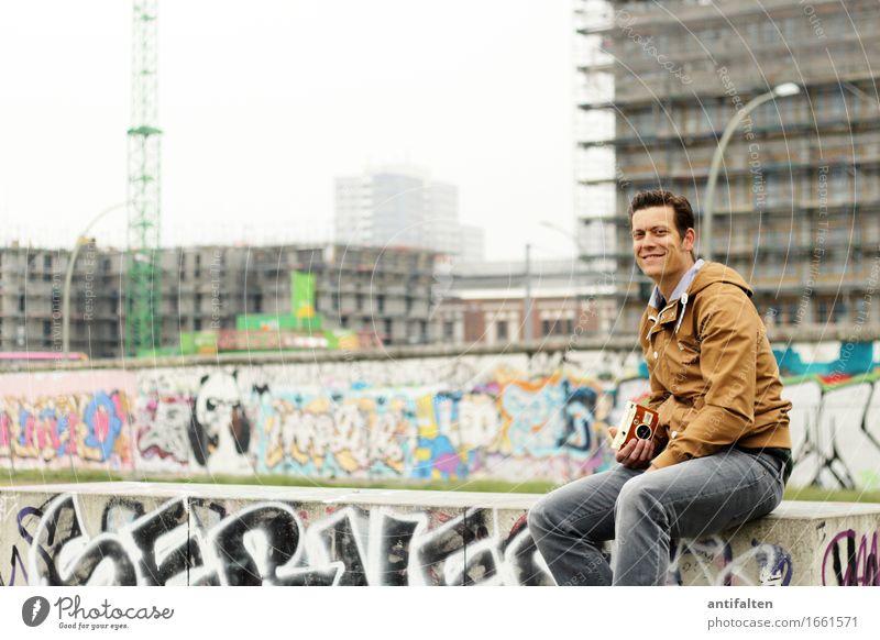 Vielschichtig Mensch Ferien & Urlaub & Reisen Mann Haus Freude Gesicht Erwachsene Wand Leben Graffiti natürlich Berlin Beine Mauer Fassade Tourismus