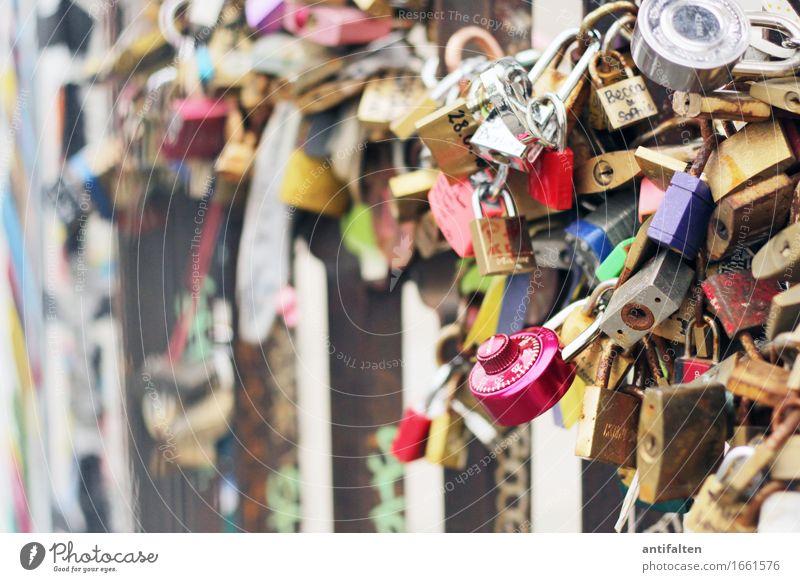 Verschlüsselte Liebe Ferien & Urlaub & Reisen Stadt Wand Berlin Mauer Glück Deutschland Zusammensein Fassade Tourismus Metall Zukunft Romantik Zeichen Hochzeit