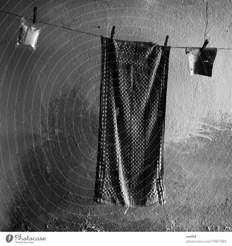 Trockenzeit Mauer Wand Fassade Wäscheleine Handtuch Wäscheklammern Putztuch Plastiktüte hängen alt dunkel authentisch Zusammensein Sauberkeit trist trocken
