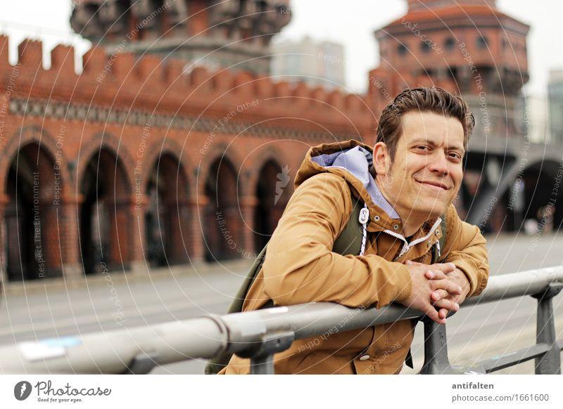 Berlin, Berlin Mensch Ferien & Urlaub & Reisen Mann Hand Erwachsene Leben Wand lachen Deutschland Tourismus Mauer Kopf Zufriedenheit maskulin Körper