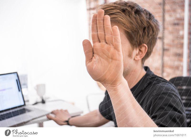 Nicht jetzt Mensch Jugendliche weiß Hand Junger Mann 18-30 Jahre Erwachsene maskulin lernen Studium Stress Backstein Schreibtisch Notebook Berufsausbildung