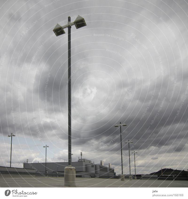 zeit nach hause zu gehn Himmel Wolken Einsamkeit dunkel grau Gebäude Angst Architektur Wind leer bedrohlich Sturm Bauwerk Unwetter Parkplatz