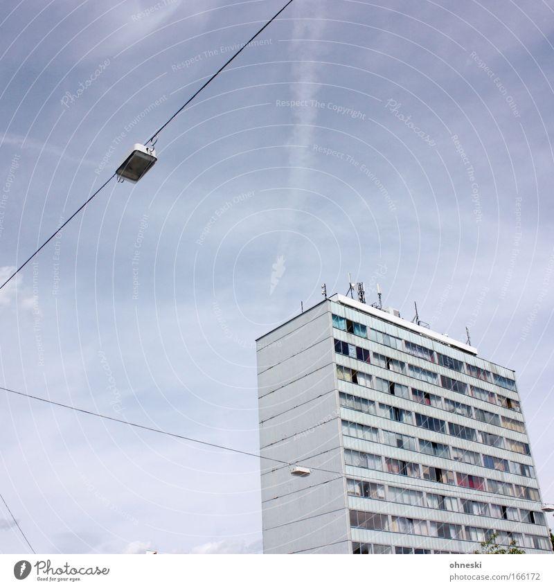 Schöner wohnen blau Stadt Haus Lampe Gebäude Architektur Hochhaus trist Häusliches Leben trashig Straßenbeleuchtung hässlich Plattenbau Zukunftsangst Platzangst