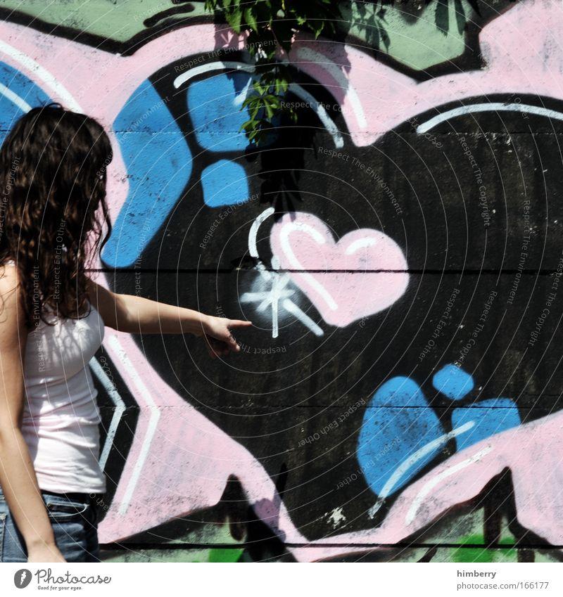 love story Jugendliche Stadt Liebe Graffiti Erwachsene Haare & Frisuren Kindheit Bekleidung Romantik Jeanshose Locken brünett 18-30 Jahre Junge Frau Verliebtheit