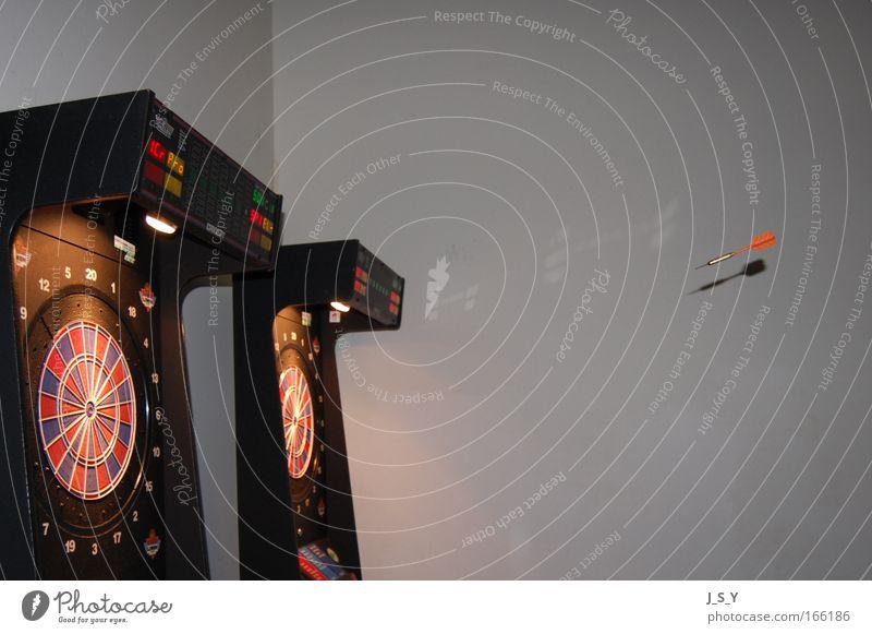 Bullseye Farbfoto Innenaufnahme Menschenleer Abend Kunstlicht Blitzlichtaufnahme Freizeit & Hobby Spielen Darts Feste & Feiern lachen werfen