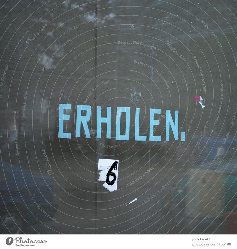 ERHOLEN.6 Umwelt Verkehrswege Straße PKW Glas Zeichen Schriftzeichen Erholung blau grau Stimmung Vorfreude Wahrheit Müdigkeit Buchstaben beklebt eckig Aussage