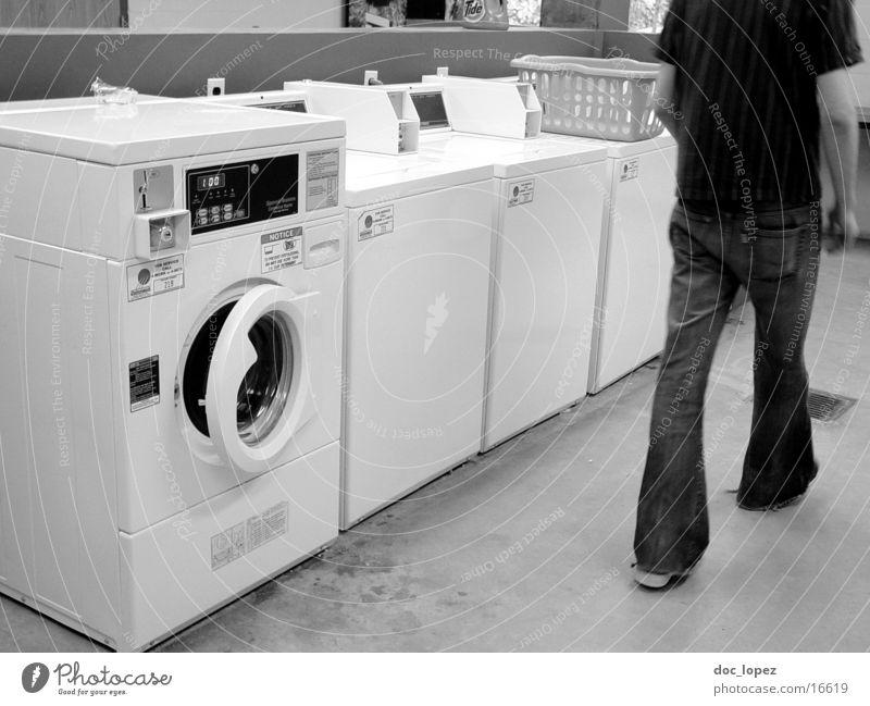 laundry_room_shot_1 Waschsalon Waschmaschine Wäschetrockner Schlaghose Dinge laundry room USA Alltagsszene Schwarzweißfoto Wäschekorb