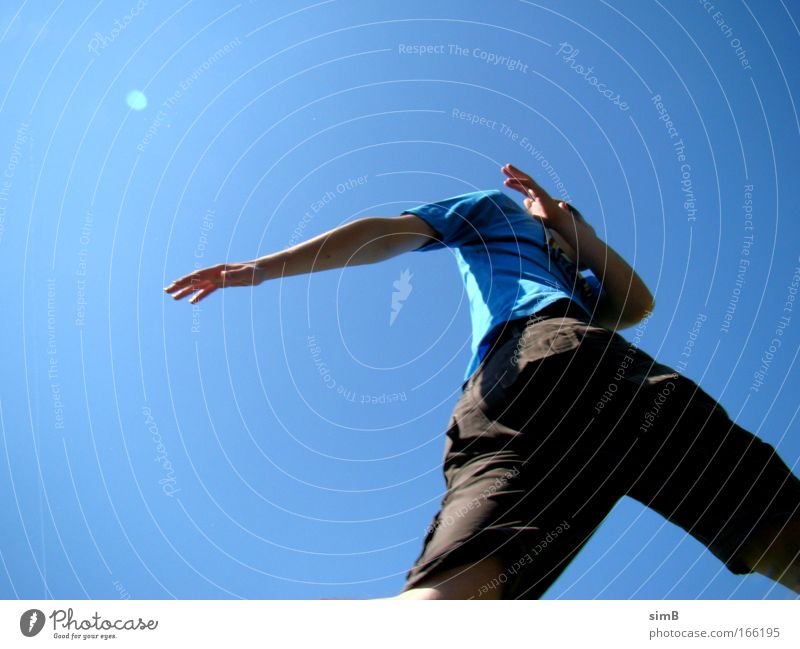 wohin läufst du? Farbfoto Außenaufnahme Hintergrund neutral Tag Sonnenlicht Froschperspektive Hand 1 Mensch 18-30 Jahre Jugendliche Erwachsene Himmel T-Shirt