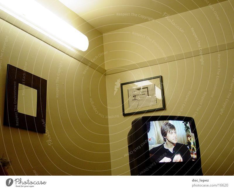 media-Nische Wand Stimmung trist Fernseher Häusliches Leben Neonlicht