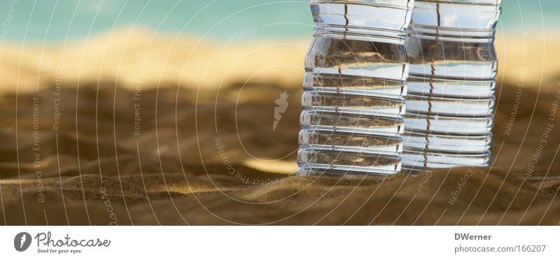 """2 """"Flaschen"""" und Meer blau Sommer Wasser Sonne Strand gelb braun Sand glänzend stehen Sauberkeit berühren Getränk Kunststoff trocken"""