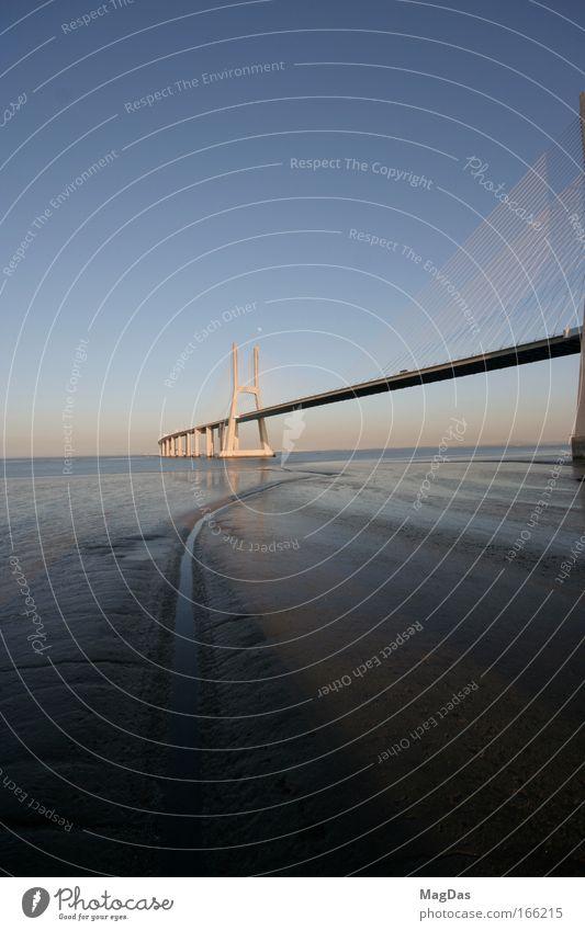 dagama blau Ferne Kraft ästhetisch groß nass Brücke Unendlichkeit Sehnsucht Bauwerk stark fest Hafenstadt gigantisch Portugal Bekanntheit
