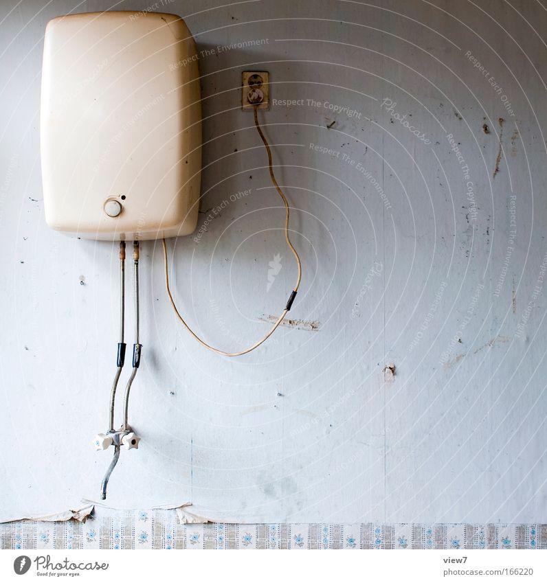 Warmwasser alt oben groß Zeit hoch Elektrizität retro Bad Küche rund Kabel Wandel & Veränderung Dekoration & Verzierung Vergänglichkeit Innenarchitektur Verfall