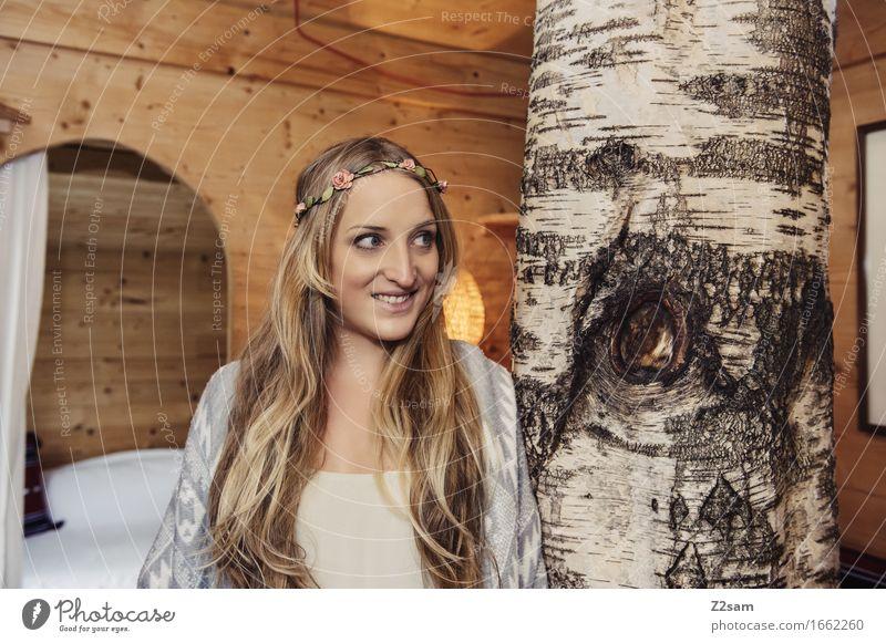 Frei Lifestyle Stil feminin Junge Frau Jugendliche 18-30 Jahre Erwachsene Natur Baum Hütte Baumhaus Mode Holz Lächeln lachen blond Fröhlichkeit trendy schön