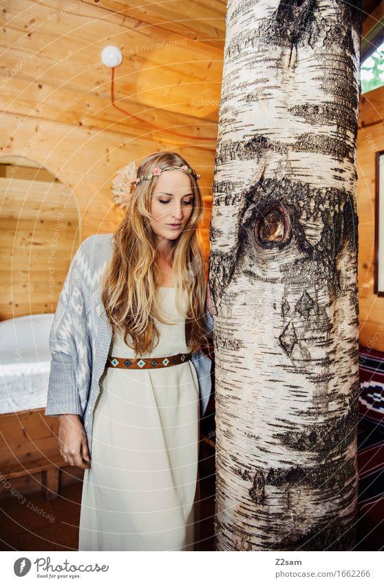 Hippiemädchen Lifestyle elegant Stil Wohnung Haus feminin Junge Frau Jugendliche 18-30 Jahre Erwachsene Natur Baum Hütte Mode Kleid blond langhaarig Holz