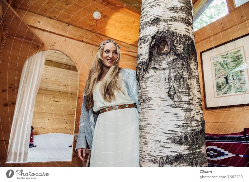 Hippiegirl Lifestyle elegant Stil Junge Frau Jugendliche 18-30 Jahre Erwachsene Natur Baum Hütte Mode Kleid blond langhaarig Haarband Holz Lächeln lachen
