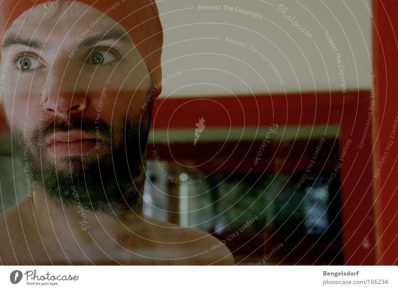 Ghost with a red cap Farbfoto Innenaufnahme Nahaufnahme Textfreiraum rechts Textfreiraum oben Hintergrund neutral Schatten Kontrast Reflexion & Spiegelung