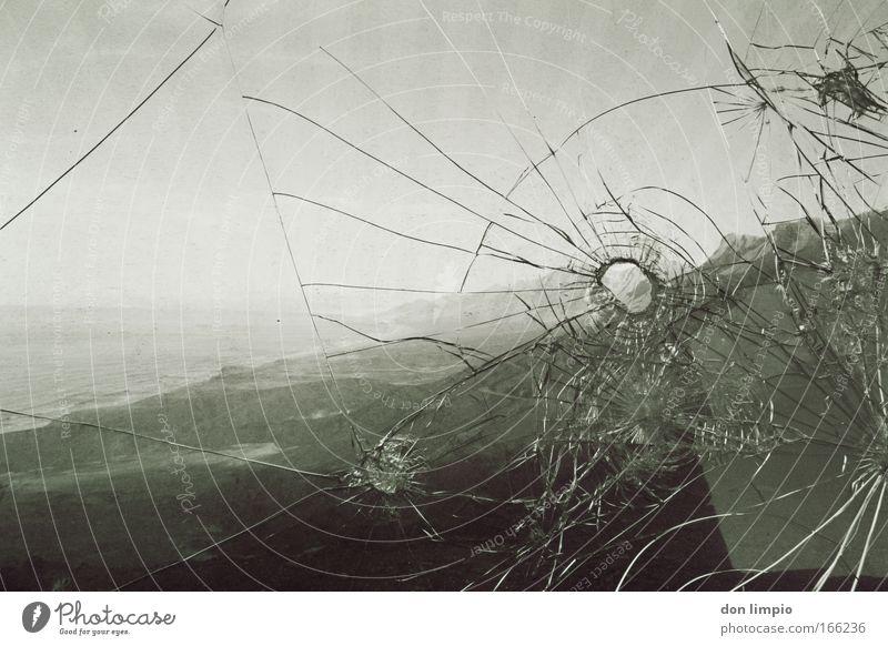 bergkristall Fenster Landschaft Küste Glas kaputt Zerstörung Aggression Hochsitz Schwarzweißfoto