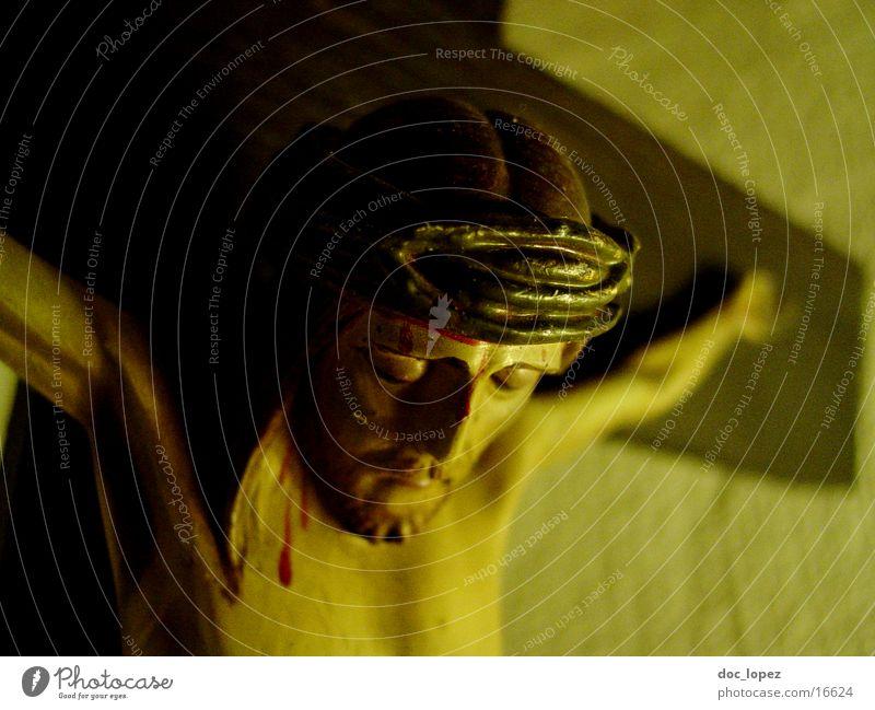 crux_1 Kruzifix Jesus Christus Religion & Glaube Sonntag trösten Dinge Rücken INRI der am Kreuz haengt Detailaufnahme Streit in deutschen Klassenzimmern