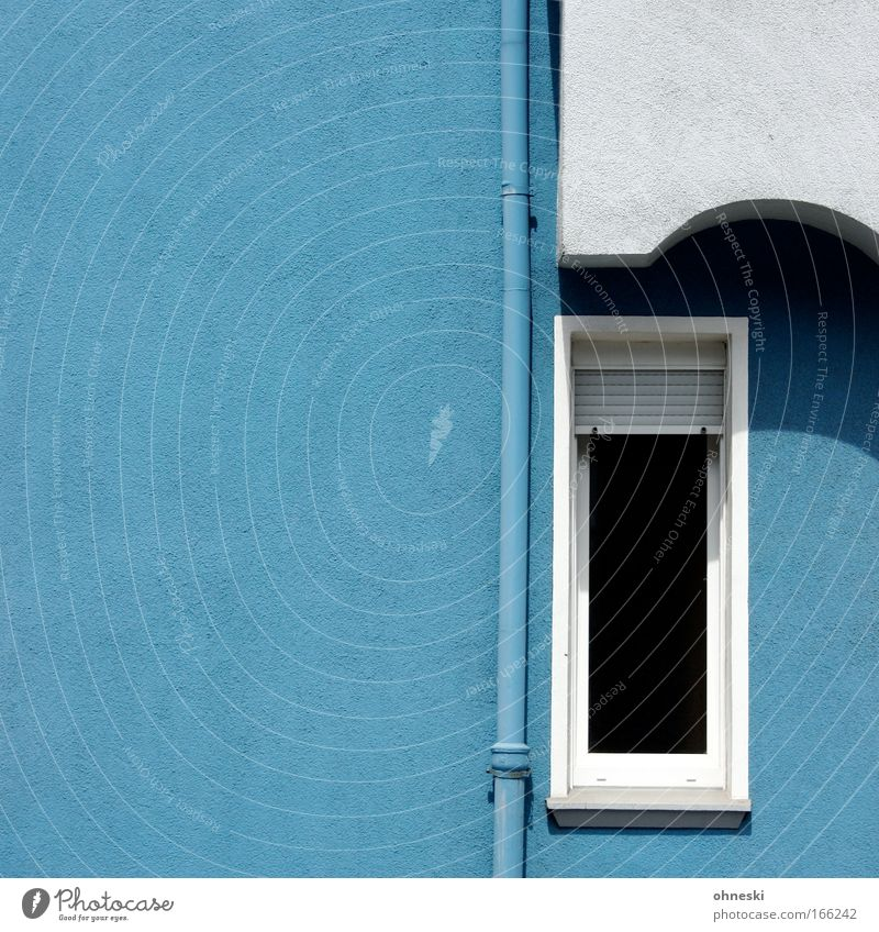 Blau und Weiß wie lieb´ich dich Farbfoto Außenaufnahme Textfreiraum links Tag Schatten Zentralperspektive Haus Gebäude Architektur Mauer Wand Fassade Fenster
