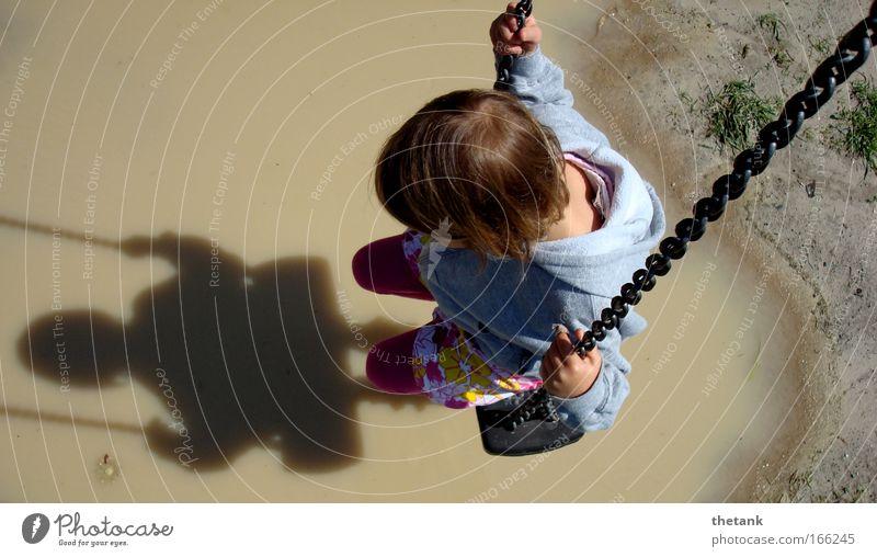 absteigen schwer gemacht Mädchen 1 Mensch 3-8 Jahre Kind Kindheit Denken Erholung hängen schaukeln träumen ruhig Traurigkeit Trauer Schmerz Sehnsucht Heimweh