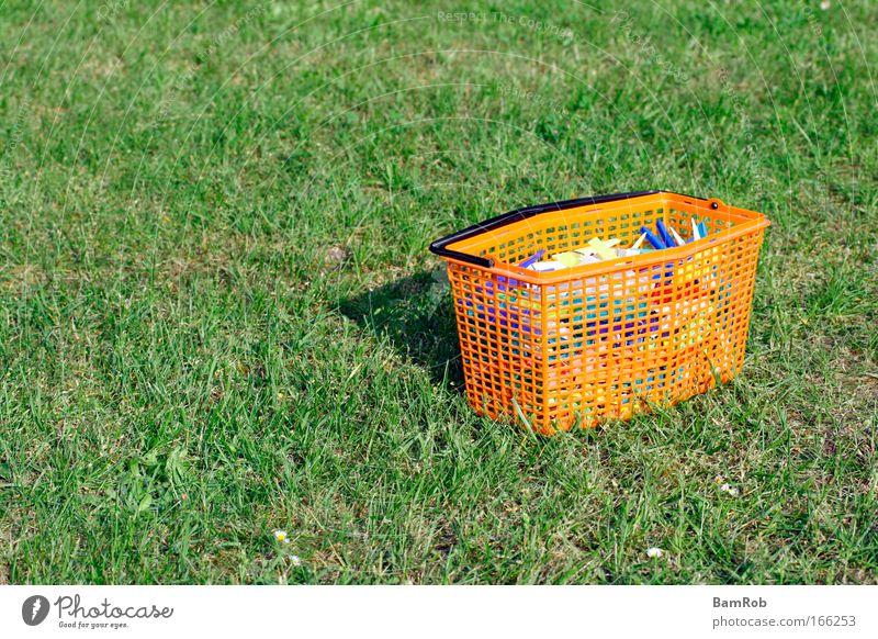 Muttis Wäscheklammern grün Einsamkeit Gras Garten Zufriedenheit orange Zukunft Frieden Idylle Kunststoff Klammer