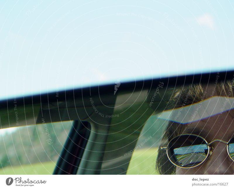 unterwegs Mensch Himmel blau Straße PKW Landschaft Spiegel Sonnenbrille Anschnitt unterwegs