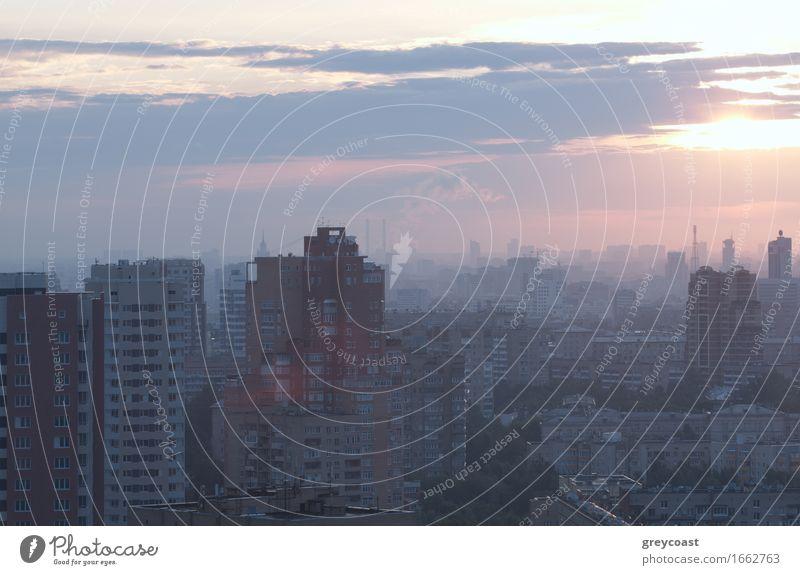 Sonnenaufgang über der Stadt. Haus Landschaft Himmel Wolken Horizont Kleinstadt Hauptstadt Stadtzentrum Skyline Hochhaus Gebäude Architektur Fluggerät Coolness