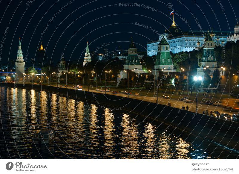 Moskauer Kreml in der Nacht. Ferien & Urlaub & Reisen Landschaft Fluss Stadt Palast Brücke Gebäude Architektur Verkehr hell historisch Aussicht Stadtbild
