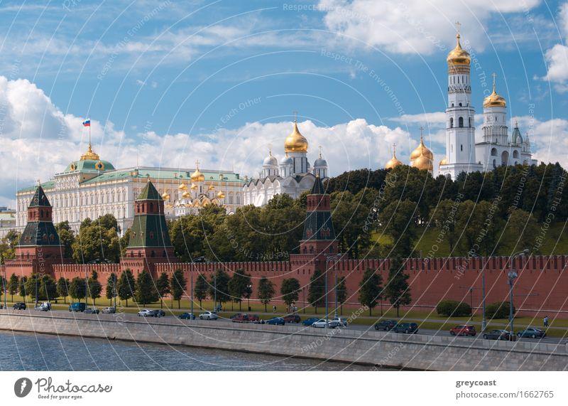 Moskauer Kreml und Waterfront. Tourismus Ausflug Haus Museum Kultur Wolken Sommer Garten Park Fluss Kleinstadt Stadt Hauptstadt Kirche Burg oder Schloss Platz