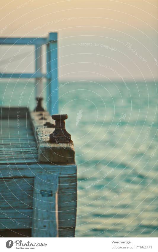 Pier und Meerblick Ferien & Urlaub & Reisen alt Sommer Farbe Wasser Erholung ruhig Strand Küste Lifestyle Holz Wellen Insel malerisch Anlegestelle