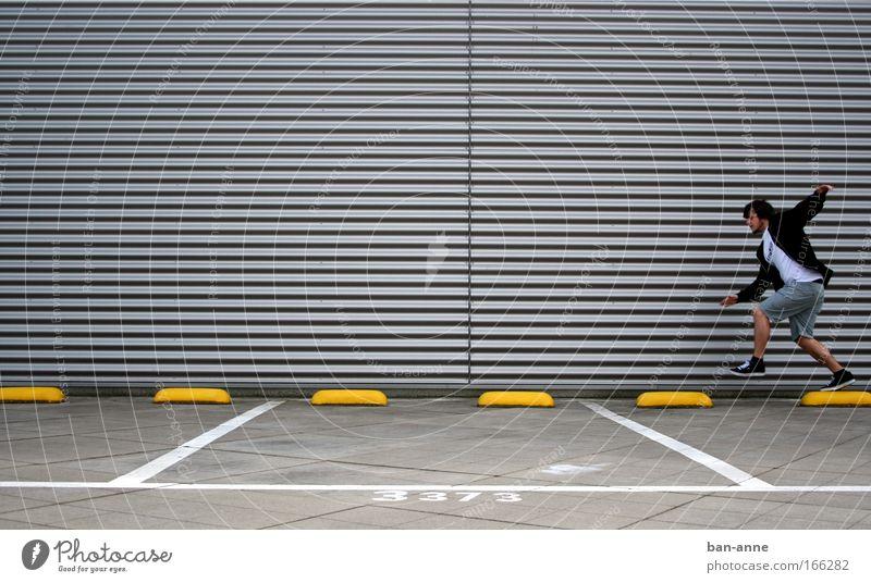 Bewegungsdrang Mensch Jugendliche Freude Erwachsene gelb Wand springen elegant fliegen maskulin rennen Streifen Ziffern & Zahlen 18-30 Jahre Lebensfreude Leichtigkeit