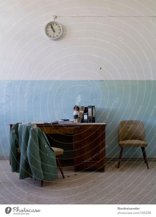 Jacke einer Uniform über dem Stuhl an einem alten Schreibtisch Farbfoto Innenaufnahme Menschenleer Schatten Kontrast Sonnenlicht Lifestyle elegant Design Haus