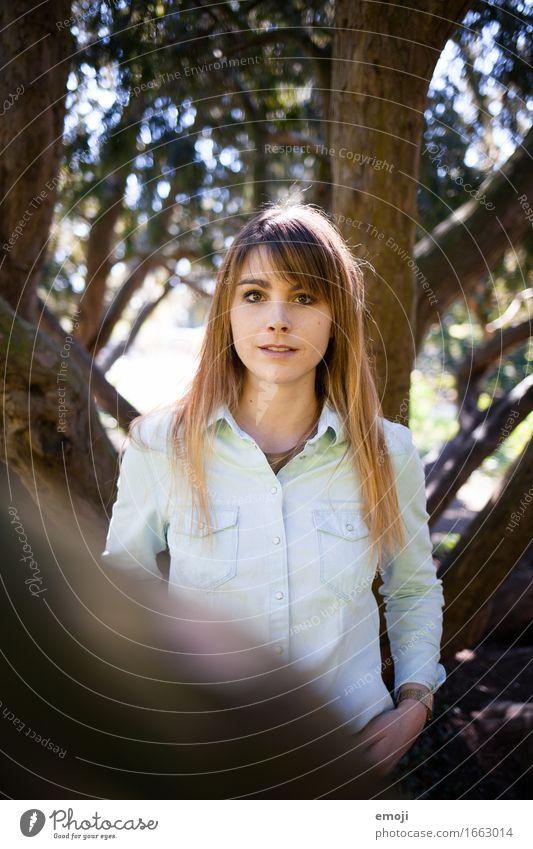 Portrait feminin Junge Frau Jugendliche 1 Mensch 18-30 Jahre Erwachsene brünett langhaarig schön Farbfoto Außenaufnahme Tag Schwache Tiefenschärfe Porträt