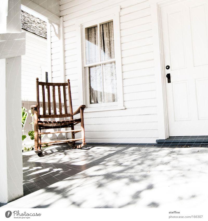 Schaukelstuhl für alte Herren Haus Erholung Fenster Wand Holz Mauer Tür warten Fassade Stuhl Dorf Hütte Terrasse Stadtrand Einfamilienhaus schaukeln
