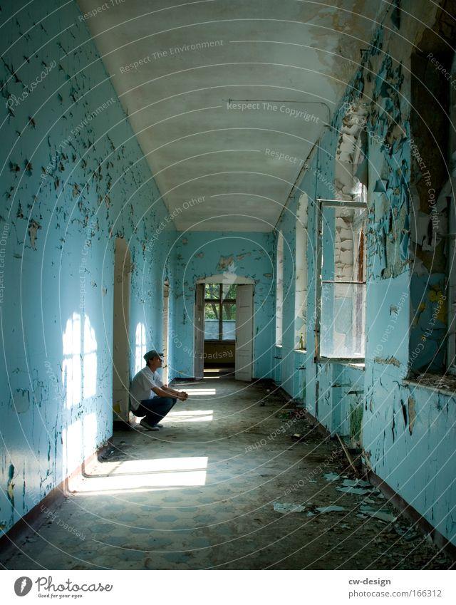 Don't Give Up Mensch Mann alt blau weiß Haus Erwachsene Traurigkeit träumen Raum Freizeit & Hobby dreckig sitzen warten maskulin