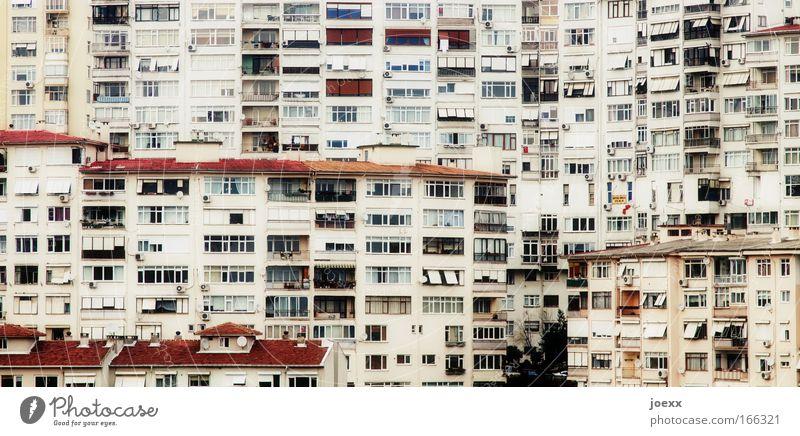 Wohngemeinschaft Stadt Haus Fenster Gebäude Zusammensein Wohnung Fassade Wachstum Häusliches Leben Balkon eng Stadtzentrum chaotisch Wetterschutz Jalousie