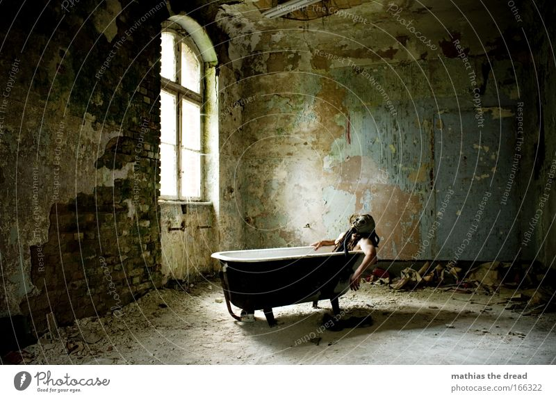 KÖRPERPFLEGE Mensch Erwachsene Fenster Wand Haare & Frisuren Stein Gebäude Mauer Arme Haut Schwimmen & Baden maskulin liegen einzigartig Bad Bauwerk