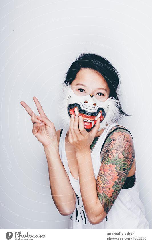 Peace out Mensch Jugendliche schön Junge Frau 18-30 Jahre Erwachsene lustig feminin Glück Behaarung Fröhlichkeit Coolness Frieden T-Shirt Tattoo Maske