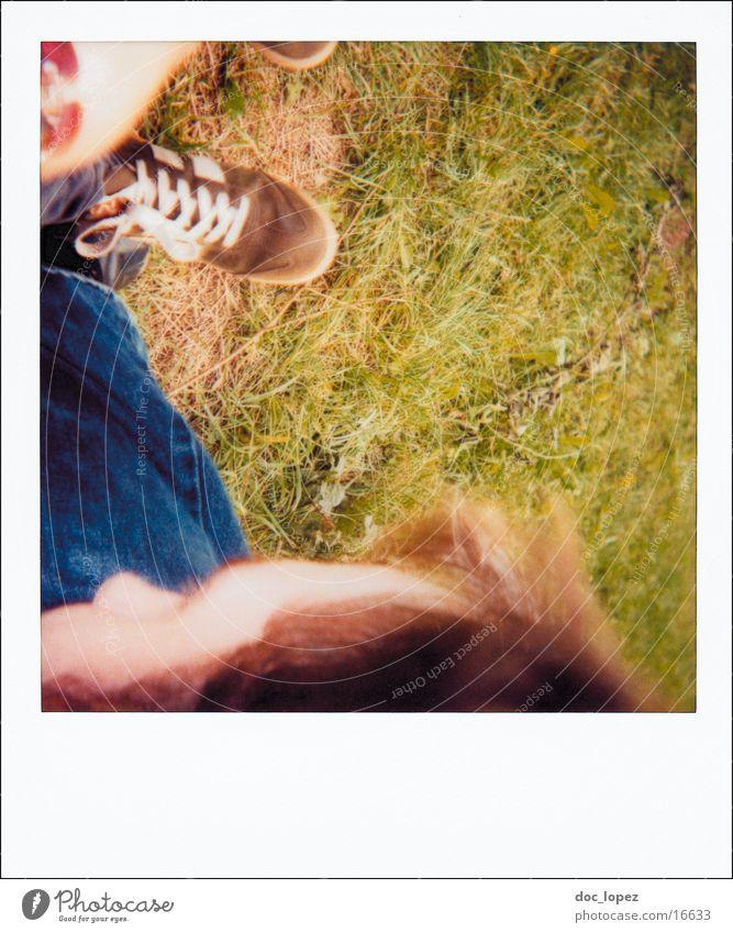polaroid_poetry_2 Natur Sommer Wiese Gras Freundschaft Schuhe Lifestyle Perspektive analog tief Polaroid Anschnitt Momentaufnahme Fototechnik erfassen