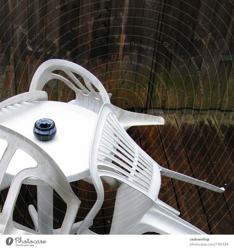 bank holiday weather Farbfoto Außenaufnahme Textfreiraum rechts Textfreiraum oben Lifestyle Stil Stuhl Tisch Veranstaltung Terrasse Garten Holz Kunststoff nass
