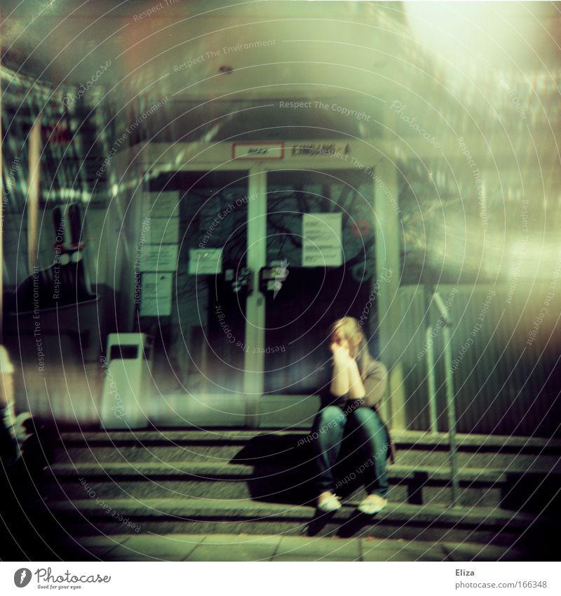 Pause Mensch Jugendliche feminin Gebäude warten Erwachsene Tür sitzen Studium Treppe Student analog Bauwerk Holga Junge Frau Lichteinfall