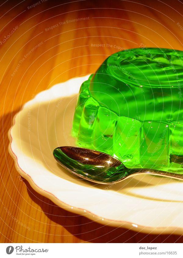 sologruen_2 grün Ernährung Lebensmittel Tisch Perspektive Teller Stillleben Dessert UFO Löffel wackeln Pudding giftgrün Götterspeise Waldmeister Wackelpeter