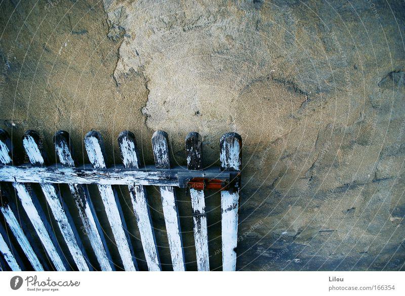 Sonntags bei Oma. alt weiß blau Farbe Holz grau Stein braun Metall Tür Tor verfallen Rost Schloss Zaun abblättern