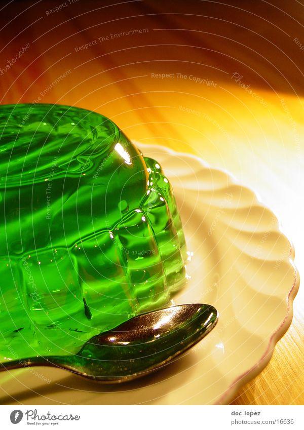 sologruen_1 grün Ernährung Lebensmittel Tisch Perspektive Teller Stillleben Dessert UFO Löffel wackeln Geschirr Pudding giftgrün Götterspeise Waldmeister