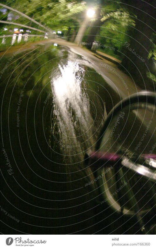 Vanishing Point Freude Wege & Pfade Bewegung Fahrrad Freizeit & Hobby Lifestyle fahren Pfütze Nachtleben BMX Wasserspritzer Fluchtweg