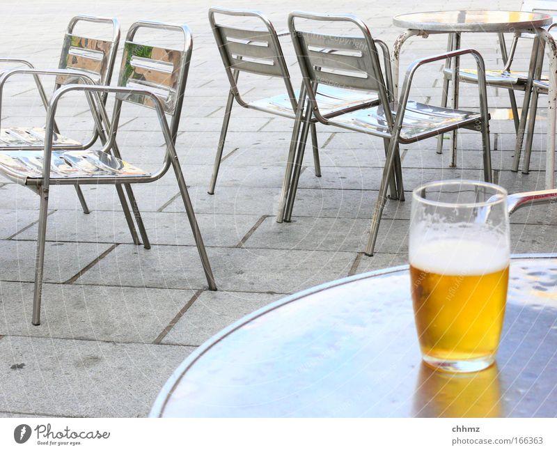 halb leer oder halb voll? gelb kalt grau Metall Glas Beton frisch Fröhlichkeit Getränk trinken Stuhl Bar Gastronomie Bier Möbel genießen