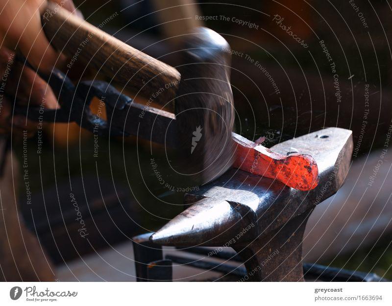 Schmied bei der Arbeit. Arbeit & Erwerbstätigkeit Industrie Handwerk Werkzeug Hammer Mensch 1 Kunst Metall Stahl alt dreckig dunkel heiß hell retro rot schwarz