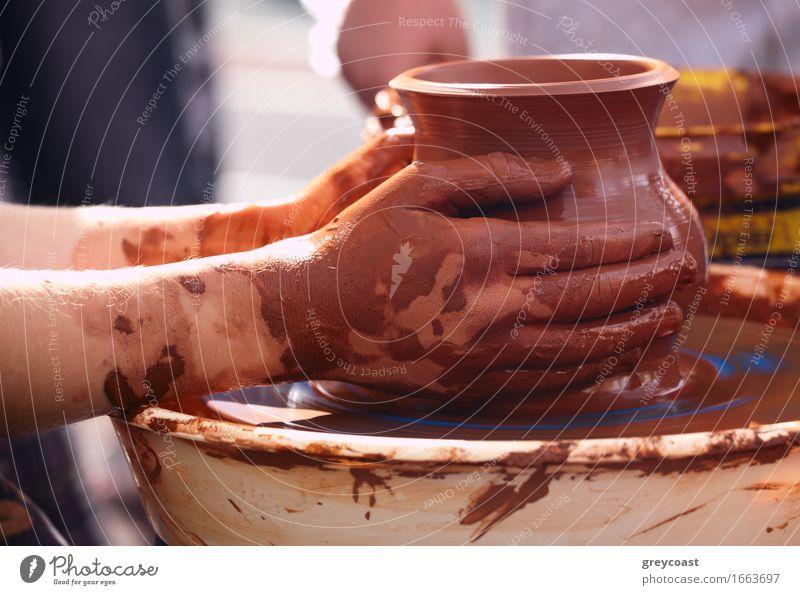 Potter, der den Topf im traditionellen Stil macht. Mensch Hand Kunst braun Arbeit & Erwerbstätigkeit dreckig Aktion Kreativität retro Kultur Tradition Handwerk