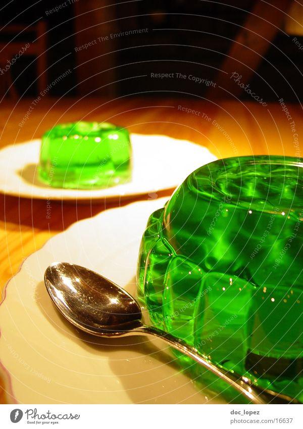 gruen_3 grün Ernährung Lebensmittel Tisch Perspektive Teller Stillleben Dessert UFO Löffel wackeln Kräuter & Gewürze Pudding giftgrün Götterspeise Waldmeister
